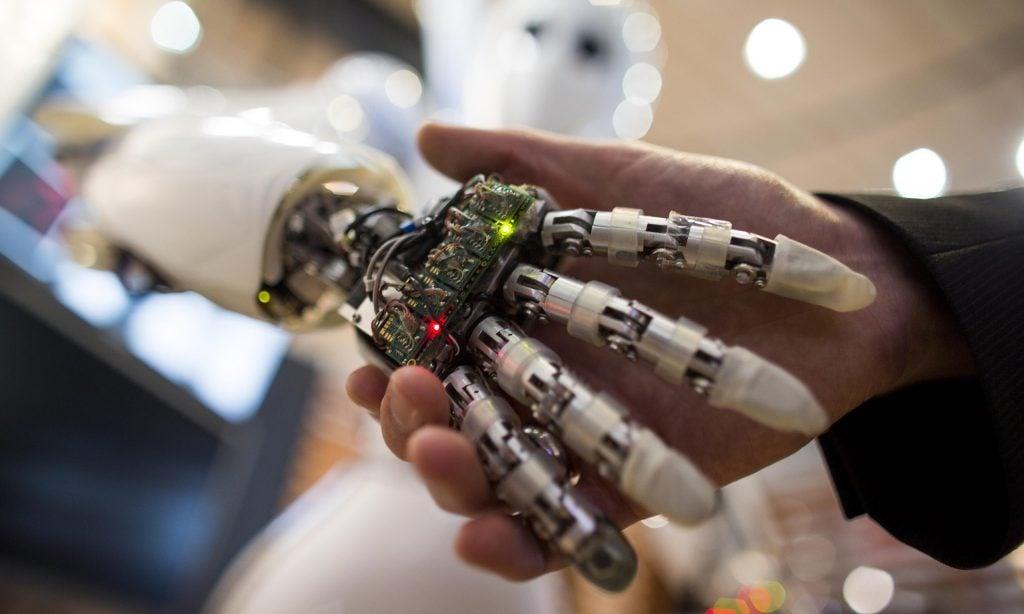 robot shakes hands with human Robotlar İçin Yapay Kas Geliştirildi! Robotlar İçin Yapay Kas Geliştirildi! dolgu gorsel  1024x614