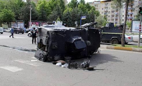 adana'da zırhlı araç devrildi Adana'da Zırhlı Araç Devrildi image 3