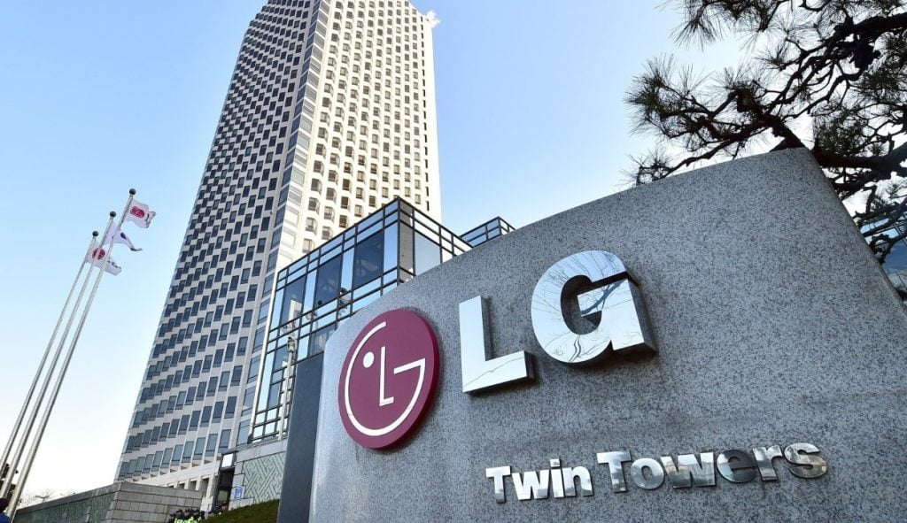 The logo of South Korea's LG Group is seen in front of the company's headquarters in Seoul on December 26, 2014. South Korean prosecutors raided the headquarters of LG Electronics in a probe into the destruction of rival Samsung's washing machines at stores in Germany, company officials said. AFP PHOTO / JUNG YEON-JE (Photo credit should read JUNG YEON-JE/AFP/Getty Images) lg Ürünleri yapay zeka İle buluşuyor! LG Ürünleri Yapay Zeka İle Buluşuyor! o LG HQ  1024x591