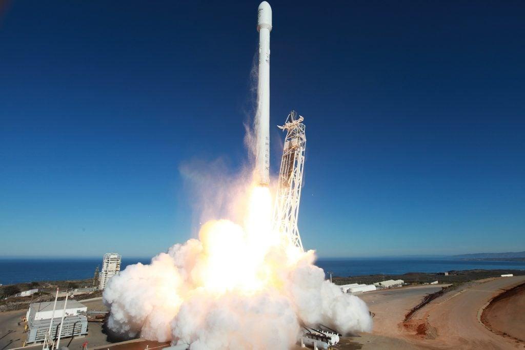 spacex, falcon 9'u okyanus Üzerine İndirmeyi başardı! SpaceX, Falcon 9'u Okyanus Üzerine İndirmeyi Başardı! spacex rocket lifting off