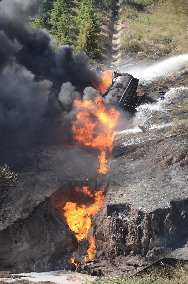 tem-otoyolu-viyadukten-dusen-tanker-alev-aldi-1-8544907_7817_m Gaz Yüklü Tanker Uçtu Sürücü Alevler İçinde Can Verdi Gaz Yüklü Tanker Uçtu Sürücü Alevler İçinde Can Verdi tem otoyolu viyadukten dusen tanker alev aldi 1 8544907 7817 m